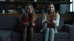 Dwa szczęśliwej dziewczyny bawić się wideo gry w konsoli zbiory