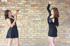 Dwa szczęśliwej dziewczyny robią selfie na telefonie komórkowym zdjęcie royalty free
