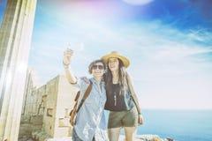 Dwa szczęśliwej dziewczyny robi selfie przeciw morzu i Gree Fotografia Stock