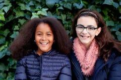 Dwa szczęśliwej dziewczyny w parku Zdjęcia Royalty Free