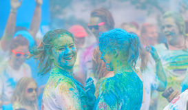 Dwa szczęśliwej dziewczyny zakrywającej z błękitny koloru proszka ono uśmiecha się Obraz Royalty Free