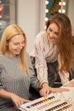 Dwa szczęśliwej kobiety cieszy się dzień przy włosianym salonem zdjęcia royalty free