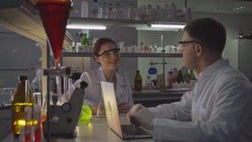 Dwa szczęśliwej lekarki opowiada w laboratorium zdjęcie wideo