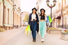 Dwa szczęśliwej młodej kobiety niesie torba na zakupy Fotografia Royalty Free