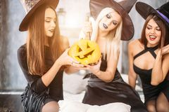 Dwa szczęśliwej młodej kobiety w czarnych czarownicy Halloween kostiumach na przyjęciu Obrazy Royalty Free