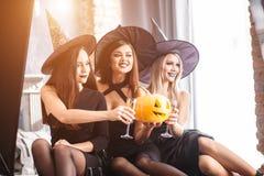 Dwa szczęśliwej młodej kobiety w czarnych czarownicy Halloween kostiumach na przyjęciu Obraz Royalty Free