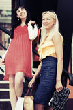Dwa szczęśliwej potomstwo mody kobiety z torba na zakupy Zdjęcia Royalty Free