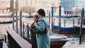 Dwa szczęśliwej starszej Kaukaskiej kobiety chodzą wpólnie wzdłuż kanału bridżowego cieszy się widoku na emerytura wakacje w Wene zdjęcie wideo