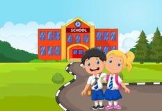 Dwa szczęśliwej uczeń kreskówki pozyci przed budynkiem szkoły Zdjęcia Royalty Free
