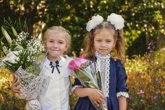 Dwa szczęśliwej uczennicy zdjęcia stock