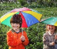 Dwa szczęśliwy brat z parasolem Obrazy Stock