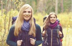 Dwa szczęśliwy i piękne dziewczyny chodzi w lesie i bagnach obóz Obrazy Royalty Free