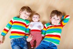 Dwa szczęśliwy mały preschool żartuje chłopiec z nowonarodzoną dziewczynką, śliczna siostra Rodzeństwa, bliźniaków dzieci i dziec zdjęcia royalty free