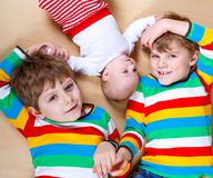 Dwa szczęśliwy mały preschool żartuje chłopiec z nowonarodzoną dziewczynką, śliczna siostra Rodzeństwa, bliźniaków dzieci i dziec fotografia stock