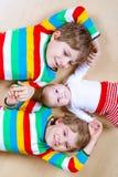 Dwa szczęśliwy mały preschool żartuje chłopiec z nowonarodzoną dziewczynką, śliczna siostra Rodzeństwa, bliźniaków dzieci i dziec fotografia royalty free