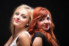 Dwa szczęśliwych młodych dziewczyn czarny tło zdjęcia royalty free
