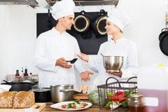 Dwa szefa kuchni gotuje jedzenie Obraz Royalty Free