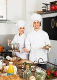 Dwa szefa kuchni gotuje jedzenie Fotografia Royalty Free