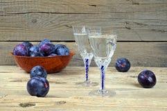 Dwa szkła śliwkowy brandy z śliwkami Obrazy Stock