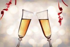 Dwa szkła błyskać białego wino wznosi toast bokeh tło Zdjęcia Stock