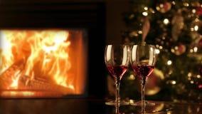 Dwa szkła czerwone wino grabą Wygodny romantyczny wieczór blisko graby 4K zdjęcie wideo