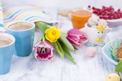 Dwa szkła kawa espresso Wielkanocni śniadaniowi Świezi tulipany menchie barwią i jajka różni kolory Uwalnia przestrzeń dla teksta fotografia stock