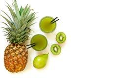 Dwa szkła kiwi, ananas, bonkreta sok odizolowywający na bielu i składniki, zdjęcia stock