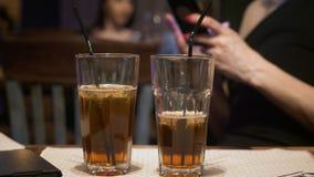 Dwa szkła koktajle na stołowym przedpolu zbiory wideo