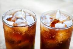 Dwa szkła kola z lodem Zakończenie odświeżający napój Zdjęcia Royalty Free