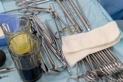 Dwa szkła odkażalnik i set chirurgicznie instrumenty na medycznym stole Zakończenie Sala operacyjna chirurgicznie szpital obrazy royalty free