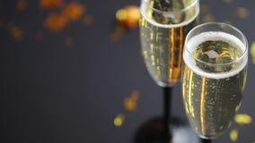 Dwa szkła pełno iskrzasty szampański wino z złotą dekoracją zbiory wideo