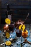Dwa szkła rozmyślający wino z pikantność i pomarańcze plasterkami, wieśniaka stylu kopii przestrzeń fotografia royalty free