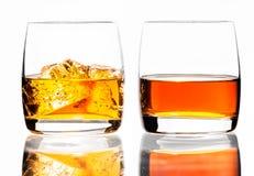 Dwa szkła scotch whisky i lód na białym tle, iso Fotografia Stock