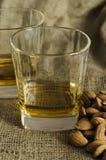 Dwa szkła scotch whisky na wełna worku z migdałowymi ziarnami obraz royalty free