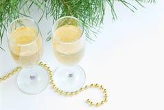 Dwa szkła szampańscy i Bożenarodzeniowi koraliki zdjęcie stock