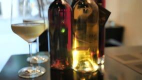 Dwa szkła szampańskie i różne kolor butelki wino wystawa w wino baru przestrzeni w Hiszpania zdjęcie wideo