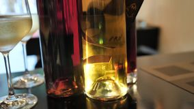 Dwa szkła szampańskie i różne kolor butelki wino wystawa w wino baru przestrzeni w Hiszpania zbiory wideo