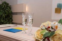 Dwa szkła szampan na stole dla ślubnej ceremonii Obrazy Royalty Free