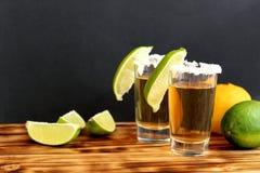Dwa szkła tequila z wapnem i solą zdjęcie stock