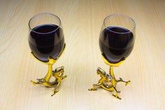 Dwa szkła wino na drewnianym tle zdjęcie royalty free