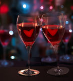 Dwa Szkła Wino Z Miłością. Miast zamazani Światła Obrazy Royalty Free
