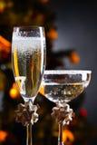 Dwa szkła z szampanem i boże narodzenie ornamentami obrazy stock