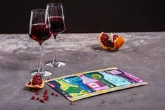 Dwa szk?a czerwone wino z granatowem na czarnym tle zdjęcia stock