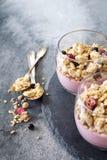 Dwa szkła owocowy jogurt z granola Obrazy Royalty Free