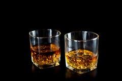 Dwa szkła whisky lub whisky z lodem na czarnym tle obraz royalty free