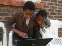 Dwa szkolny childfren używać Hp laptop zdjęcie stock