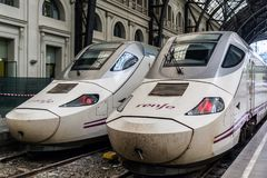 Dwa szybkościowego pociągu na staci kolejowej obraz stock