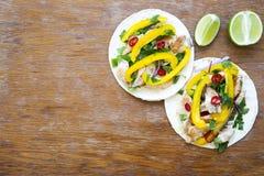 Dwa tacos z piec na grillu kurczakiem przepasują dalej, świezi warzywa, wapno zdjęcia stock