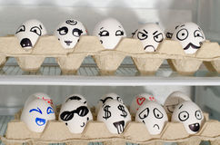 Dwa tacy z malującymi uśmiechami na jajkach na chłodziarek półkach, zamykają up Obrazy Royalty Free