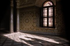 Dwa tajemniczego cienia pojawiać się przy wejściem wspaniały obrazy stock